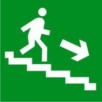 Е13 Направление к эвакуационному выходу по лестнице вниз (правосторонний)