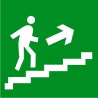 Е15 Направление к эвакуационному выходу по лестнице вверх (правосторонний)